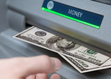 Без комиссии смогут снимать деньги в сторонних банкоматах клиенты крупного банка